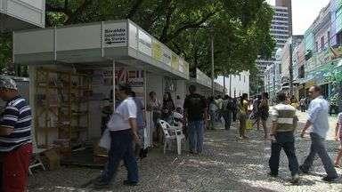 Pais aproveitam feira de troca de livros usados no Centro de Fortaleza - Feira de troca de livros é realizada na Praça dos Leões, das 7h às 17h, até dia 28 de fevereiro.
