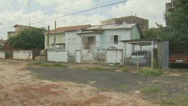 Rua da Vila Industrial está sem asfalto em Campinas, SP - Rua Silvio Moro está cheia de buracos e acumula lama. Os próprios moradores cuidam da manutenção da via. A rua já foi asfaltada, mas perdeu a pavimentação devido à enchentes.