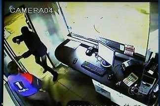 Câmeras de segurança flagram roubo em posto de combustíveis de Jataí - As câmeras de segurança de um posto de combustíveis registraram o momento em que três bandidos renderam o funcionário e levaram o dinheiro do caixa. O que chama a atenção é que no mesmo instante passava pelo local uma viatura da Polícia Militar.