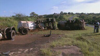 Homem rouba caminhão com 45 mil litros de óleo diesel e tomba na pista - Homem rouba caminhão com 45 mil litros de óleo diesel e tomba na pista.