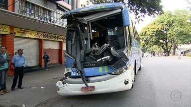 Acidente entre dois ônibus fere duas pessoas em Belo Horizonte - Batida foi no Centro da capital mineira.