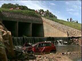 Mãe e filha que sofreram acidente em Ponta Grossa passam bem - O carro saiu da estrada e caiu de uma altura de 5 metros. A menina, de quase 2 anos que estava no carro, não se machucou porque estava na cadeirinha de segurança.