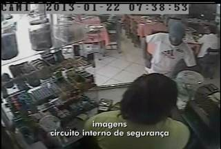 Homem utiliza bilhete para assaltar padaria de Cabo Frio, RJ - Assaltante ameaçou matar a funcionária da padaria no bilhete.Câmeras de segurança do circuito interno flagraram a ação.