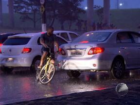 Falta de educação de motoristas e pedestres deixa trânsito de Salvador mais complicado - Durante a reportagem, a equipe do programa flagrou um atropelamento na Avenida Tancredo Neves.