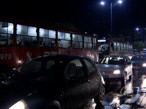 Chuva no início da noite da última quarta provoca transtornos em Salvador - Em vários pontos da cidade, enormes engarrafamentos e filas nos pontos de ônibus se formaram.