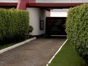 Casal cai da janela de um motel de luxo - Acidente aconteceu na cidade de Sobradrinho, a 26 km de Brasília. A mulher sofreu fratura nas pernas e o homem quebrou o braço. A polícia investiga o que aconteceu.