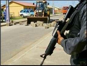 Barreiras colocadas por traficantes são retiradas em Campos, RJ - Polícia Militar retirou diversas barreiras em bairros dominados pelo tráfico.Máquinas retroescavadeiras foram utilizadas no trabalho.