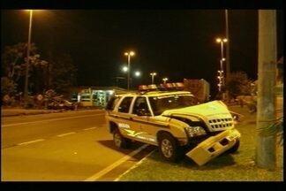 Sequestro relâmpago quase acaba em tragédia - Na tentativa de pedir socorro, vítima bateu o carro em uma barreira policial