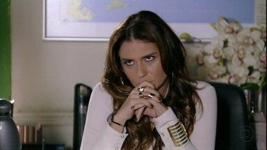 Helô suspeita que Lívia arrancou ou mandar arrancar torneiras - Ela desconfia que a vilã armou para evitar um escândalo em seu desfile, mas não a associa ao assassinato de Jéssica