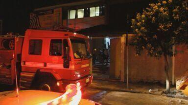Incêndio atinge sala com livros em escola estadual de São Carlos, SP - Incêndio atinge sala com livros em escola estadual de São Carlos, SP.