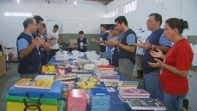 Grupo faz mutirão para montar kits escolares para crianças carentes - Grupo faz mutirão para montar kits escolares para crianças carentes