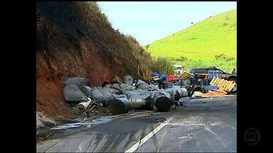 Carga de produtos químicos pega fogo na BR-116, em Leopoldina - Caminhão que fazia o transporte ficou em 'L'