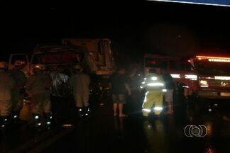 Uma pessoa morre em acidente entre dois caminhões na BR-452, em Goiás - Dois caminhões bateram de frente na BR-452, em Goiás. O motorista do caminhão baú morreu no local. Outras duas vítimas foram levadas para um hospital de Rio Verde.