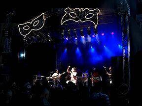 Comemorações do Carnaval 2013 começam com Baile de Máscaras em Uberlândia, MG - Evento ocorreu na noite desta sexta-feira (25).Centenas de pessoas lotaram o Mercado Municipal.