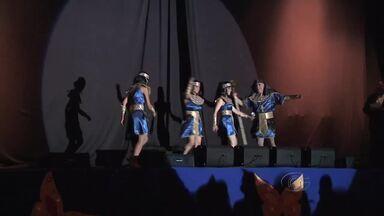 Foliões lotam bailes carnavalescos em Maceió - Com a proximidade do carnaval, população recorre os bailes na capital.
