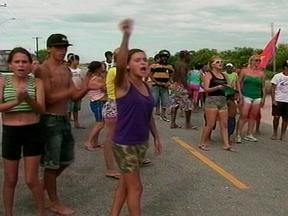 Moradores fazem manifesto contra liminar que determina sua saída de terreno em Rio Grande - Eles possuem o prazo de cinco dias para deixar o local.