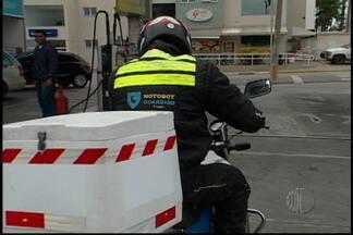 Profissionais de motofrete devem seguir novas regras a partir de fevereiro - Os motofretistas vão ter que seguir novas regras a partir de fevereiro. O anúncio das mudanças foi feito em 2012, mas segundo o sindicato poucos trabalhadores fizeram o curso.