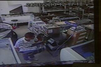 Câmeras flagram casal roubando loja em Campina Grande e criança acompanha crime - Casal entra na loja com uma criança e em seguida rouba uma balança do local.