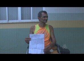 Hospital deixa deficiente físico do lado de fora da unidade, após alta, sem assistência - Mário Bispo aguarda por uma cirurgia de bexiga há sete anos.