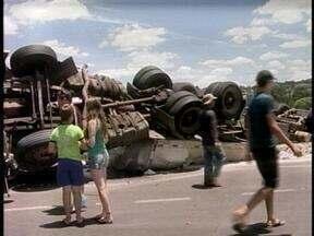 Acidente deixa duas pessoas feridas na BR-153 em Erechim, RS, neste sábado (26) - Motorista não conseguiu passar por trevo e carreta tombou.
