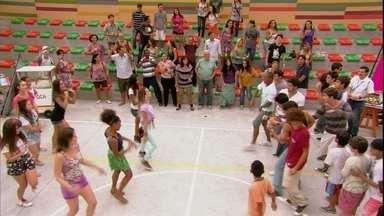 Meninas e meninos começam o desafio de dança - Todos se divertem com a brincadeira no pátio da escola