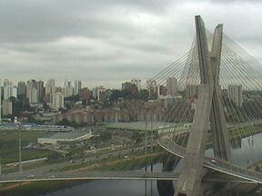 São Paulo tem verão com cara de inverno - Neste mês de janeiro, teve dias em que a temperatura não passou dos 20ºC. É uma marca típica de inverno. E quem gosta de calor reclama. No Centro, tem vendedor de sorvete que resolveu vender churros para não ficar no prejuízo.