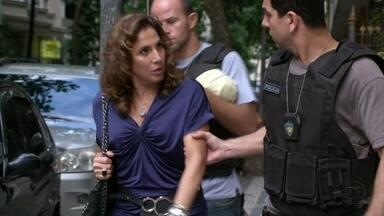 Wanda é levada para a delegacia e Lívia sugere que ela ligue para Stenio - Santiago avisa Russo. Stenio acredita que Wanda foi uma indicação de Helô e se prontifica a defendê-la