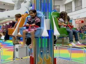 Pais e filhos aproveitam atrações de shoppings no final das férias - Muitos alunos estão voltando às aulas. Para alguns, é época de curtir os últimos dias de férias. Os shoppings da capital têm atrações para pais e filhos.