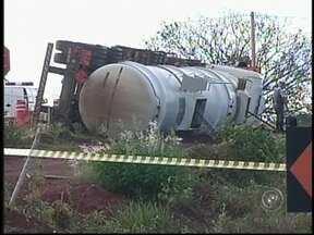 Caminhão tomba em Bálsamo, SP, e carga de óleo diesel vaza na pista - A empresa responsável por um caminhão que transportava óleo diesel que tombou na Rodovia Euclides da Cunha em Bálsamo (SP), nesta terça-feira (29), terá que recuperar a área atingida. Parte dos 50 mil litros vazou e contaminou o solo.