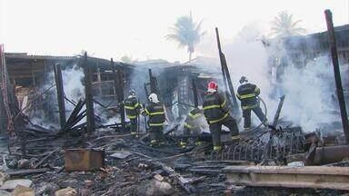 Serralharia fica destruída após incêndio em Olinda - Local fica próximo a quartel de atendimento pré-hospitalar dos bombeiros.