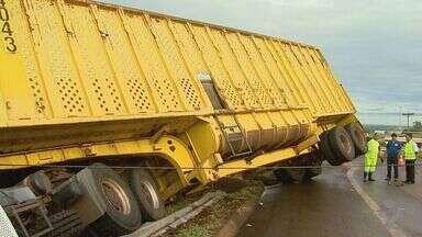 Caminhão fica pendurado em grade de proteção em rodovia de Sertãozinho, SP - Motorista disse que perdeu controle da direção por causa da pista molhada.