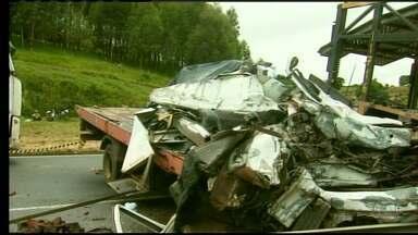 Duas pessoas morrem após acidente na Fernão Dias, no Sul de Minas - Batida aconteceu próximo a Três Corações.