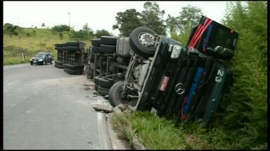 Acidente deixa dois feridos na BR-491, no Sul de Minas - Batida aconteceu entre Varginha e Três Corações.