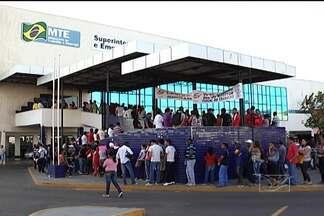 Trabalhadores reclamam de filas na Superintendência Regional do Trabalho de São Luís - A demanda para a emissão da carteira de trabalho no órgão é muito maior que o número de atendimentos diários.
