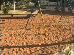 Prefeitura faz limpeza em praça que estava sem manutenção - A secretaria de meio ambiente cortou a grama, o mato e ainda tirou o lixo.