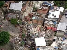 Casa desaba sobre outras duas residências no Complexo da Penha, no Zona Norte do Rio - O desmoronamento do imóvel, que tinha três andares, ocorreu na comunidade Caracol, perto da Vila Cruzeiro. Outras duas casas foram atingidas. Ninguém ficou ferido.
