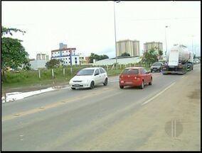 Instalação de barreiras deixa trânsito complicado em trecho urbano da BR-101 - As barreiras ficam próximas a uma linha de trem que passa pela rodovia.