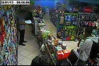 Polícia prende suspeito de assaltar cosméticos de farmácia, no ES - Segundo a polícia, suspeito roubou cremes para tratar espinhas. Nenhum dos produtos roubados foi recuperado.