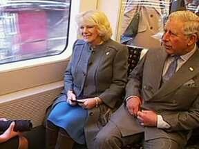 Família real britânica comemora 150 anos de metrô com passeio - A família real britânica fez um programa diferente. O Príncipe Charles levou a mulher, a duquesa Camilla, para passear de metrô. Foi para comemorar os 150 anos do metrô mais antigo do mundo.