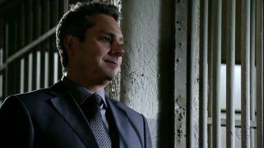 Stenio tira Wanda da cadeia - Berna fala para Lena que Helô acabou com seu casamento