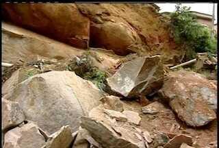 Deslizamento de pedras destrói parte de duas casas em Petrópolis, RJ - Ninguém se feriu, mas Defesa civil interditou cinco residências.Somente duas famílias concordaram em deixar as casas.