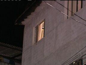 Homem morre ao ser atingido por uma bala perdida na janela de casa em SP - Flávio Roberto das Neves foi atingido com na cabeça. Tiro teria vindo de uma confusão entre policiais militares e bandidos que haviam roubado um carro. Caso está sendo investigado pelo Departamento de Homicídios e Proteção a Pessoa.