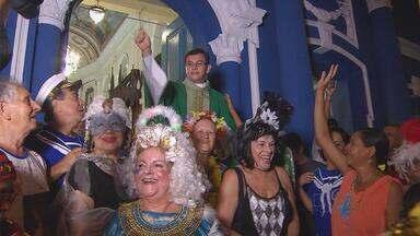 Com 27 anos, Anjos das Graças desfilam nas ruas de bairro do Recife - Na porta da igreja, eles recebem a bênção do padre.