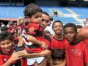 Netos de Zico entram em campo no colo do novo ídolo, Rafinha - O Galinho esteve presente no Engenhão para assistir a partida e levar os herdeiros, e parece que levou sorte. Flamengo venceu o Nova Iguaçu por 1 a 0.