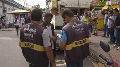 Blitz no Centro de Manaus fiscaliza e retira veículos - Nesta segunda-feira, fiscais da Prefeitura de Manaus fizeram blitz e recolheram veículos que comercializam produtos na rua.
