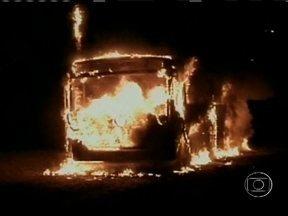 Mais dois ônibus são atacados em Santa Catarina - Em Criciúma, uma pedrada deixou uma pessoa levemente ferida. Em Tubarão, um homem derramou combustível ao lado de um micro-ônibus que estava estacionada numa casa. Mas conseguiram apagar o fogo a tempo.