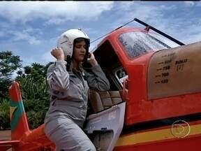 Aviação agrícola ganha duas profissionais em Mato Grosso - As mulheres vêm cada vez mais conquistando atividades que antes eram exclusivamente masculinas. Duas mulheres estão fazendo a diferença, atuando como piloto na aviação agrícola.