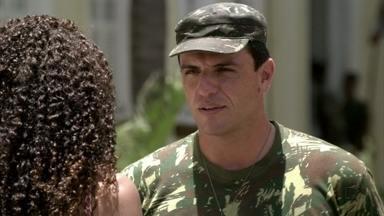 Théo se recusa a ouvir falar em Morena - Sheila tenta pedir ajuda ao capitão, mas ele pensa se tratar apenas de um recado da ex-namorada