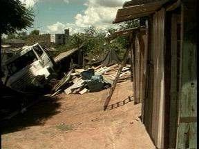 Motorista de caminhão sofre acidente e quase atinge casas em Pelotas, RS - Ninguém ficou ferido.
