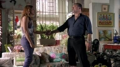 Russo fala para Lucimar que tentará encontrar Morena - Preocupada, a mãe da garota se desespera e promete que não vai mais correr atrás de Lívia. Vanúbia encara Lucimar